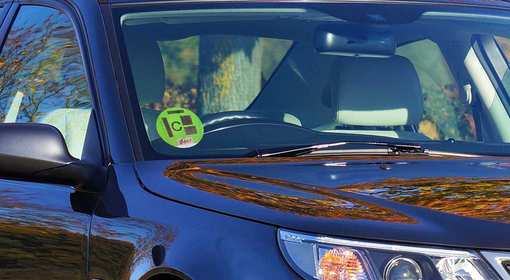 Distintivo ambiental en cristal del coche